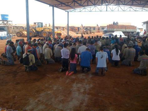 Operários da Construção Civil, em Araguari, MG, de joelhos recebem o Evangelho