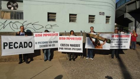Evangelismo no Metrô, Passarela Carlos Prates, dia 25jun14 (42)