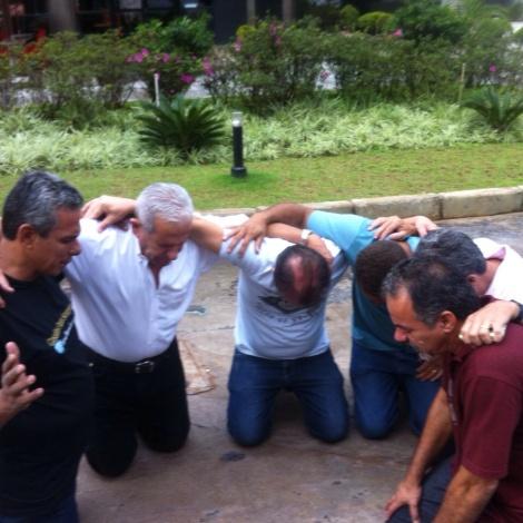 Irmãos orando de joelhos por mim no hospital